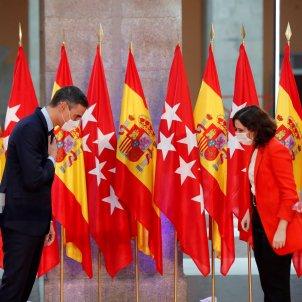Pedro Sanchez Isabel Diaz Ayuso banderes reunio - Efe