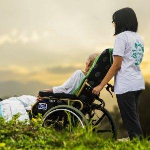 Pacient vell infermera cadira rodes (Pixabay)