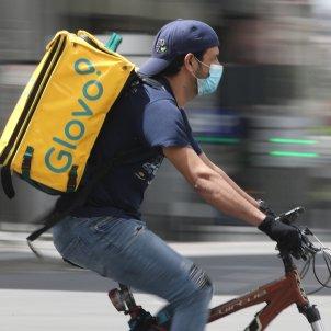 Un repartidor de Glovo munta una bicicleta durant la seva jornada laboral. Foto: Europa Press