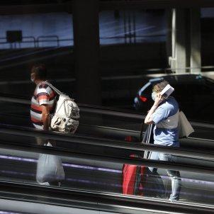 Passatgers amb maletes a la terminal T4 de l'aeroport Adolfo Suárez Madrid-Barajas, a Madrid. Foto: Europa Press