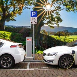Dos vehicles elèctrics recarregant energia a l'aire lliure. Foto: Pixabay