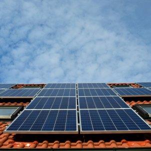 Façana d'un edifici amb plaques per produir energia solar. Foto: Pixabay