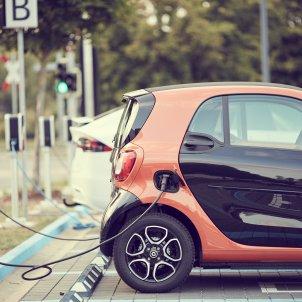 Dos cotxes elèctrics carregant energía. Foto: Pixabay