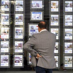 Una persona observa un aparador d'una immobiliària a Bilbao. Foto: Efe / Luis Teixit / Arxiu