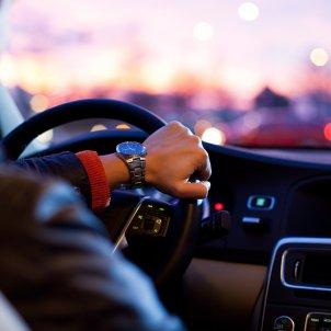 Un home al volant d'un cotxe. Foto: Pixabay