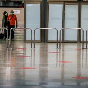 Dos viatgers arriben a l'aeroport de Barajas a Madrid. Foto: Efe/ Emilio Naranjo