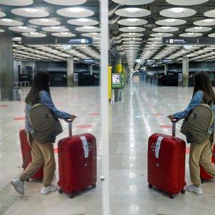 Una viatgera en una de les terminals de l'aeroport de Barajas a Madrid. Foto: Efe/Emilio Naranjo