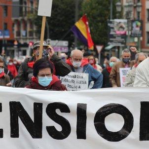"""Los pensionistas vizcaínos durante la manifestación hasta el Palacio de Justicia en Bilbao, en demanda de una pensiones """"dignas"""". Foto: Efe/Luis Tejido"""