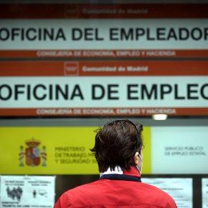 Una persona passa pel costat d'una oficina d'ocupació. Foto: Europa Press
