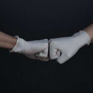Manos guantes Unsplash