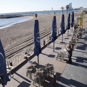 Un restaurant del Port Olímpic tancat per les restriccions a Catalunya. Foto: Efe