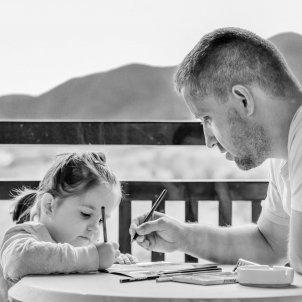 Padre e hija escribiendo