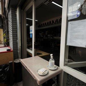 Un bar tancat per la crisi amb gel hidroalcohòlic a la porta. Foto: Sergi Alcazar