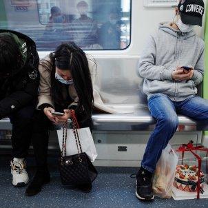 Gente con mascarillas en el metro  EP