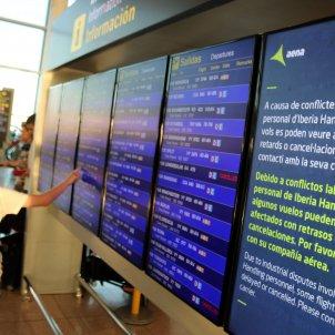 Mostrador dels vols a Aena, que mostra algunes cancel·lacions. Foto: ACN