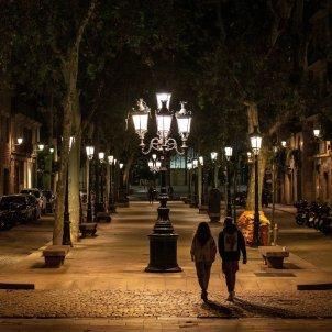 Ambiente del Passeig del Born, este martes en Barcelona, en la tercera noche del toque de queda. Foto: Efe