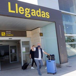 Unos pasajeros procedentes de Düsseldorf, Alemania, a su llegada al aeropuerto Tenerife Sur. EFE/Ramón de la Rocha/Archivo