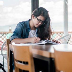 Adolescente estudiando
