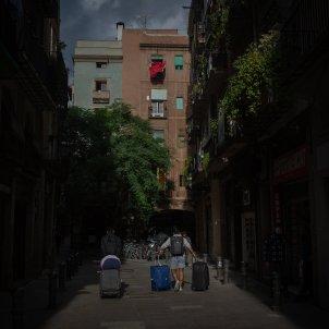 Un turista durant el tercer dia de l'entrada en vigor de les noves restriccions a Catalunya, a Barcelona. Foto: Europa Press