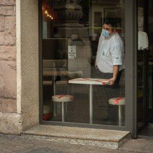 Un bar con las mesas deshabilitadas por el coronavirus. Foto: Efe