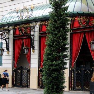 Pla obert de l'Hotel Palace de Barcelona amb dues noies caminant. Foto: ACN