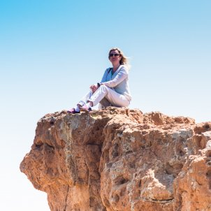Mujer sobre roca
