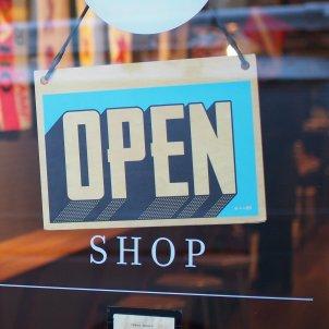 cartell obert botiga unsplash