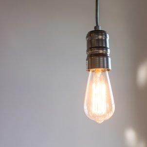 bombeta electricitat llum - carolyn christine unsplash