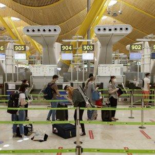 passatgers aeroport Adolfo Suarez mascareta Covid - EuropaPress