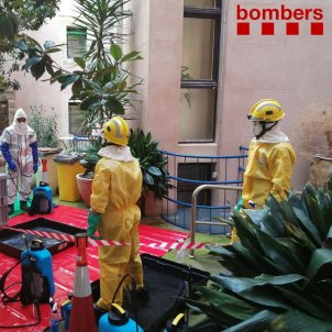 Els Bombers desinfecten la residència geriàtrica a Cervera @bomberscat