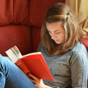 noia llegint llibre @pixabay