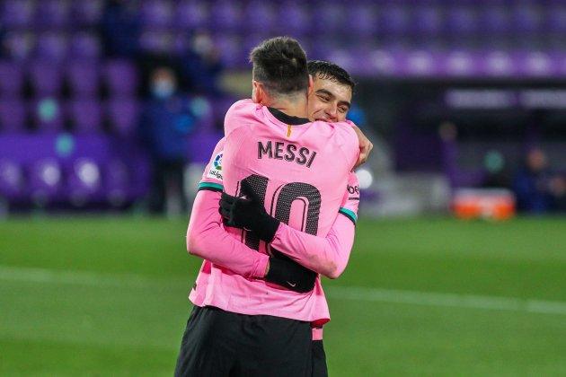 Messi Pedri Barca pelukan pink Europa Press