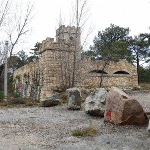 Imatge general de l'antic campament militar de Los Castillejos al Baix Camp amb algunes edificacions dempeus acn
