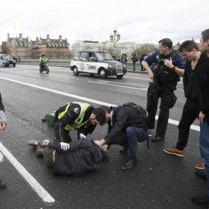 Londres atemptat atenen ferit pont