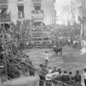 Mor Joaquim Peris  Bou roig , pioner del moviment antitaurí. Correbous a Ulldecona (principis del segle XX). Font Blog Tortosa Antiga