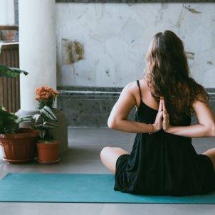 yoga balcón unsplash