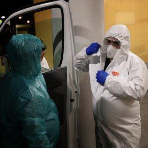 EuropaPress - portugal lisbon healthcare worker undresses protective suit