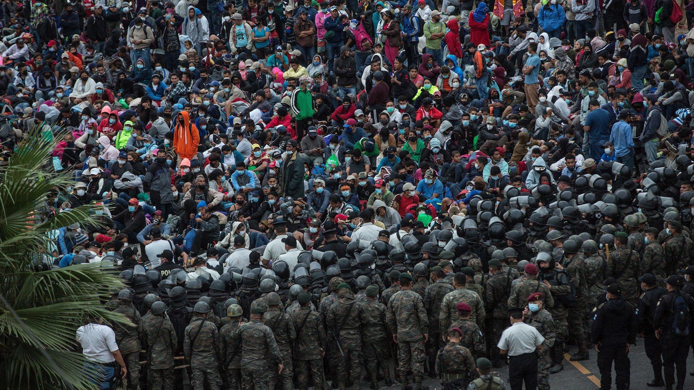Una caravana de 9.000 migrantes hondureños camina con rumbo a EE.UU