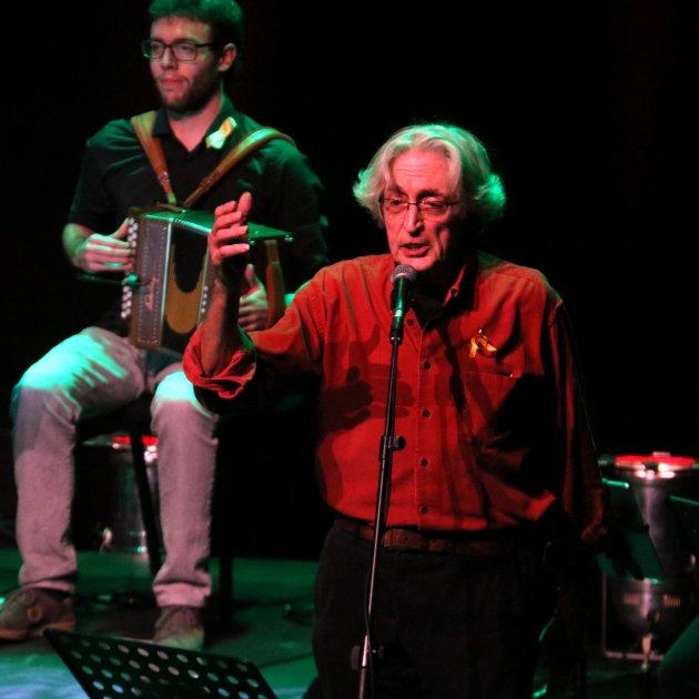 El cantant Jordi Fàbregas durant la interpretació de 'La presó de Lleida' / ACN