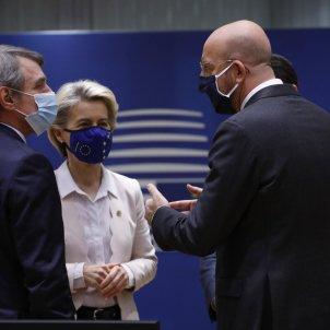 Pla mitjà de la presidenta de la Comissió, Ursula von der Leyen, del Consell, Charles Michel, i de l'Eurocambra, David Sassoli, a l'inici de la cimer europea a Brussel·les, el 10 de desembre del 2020