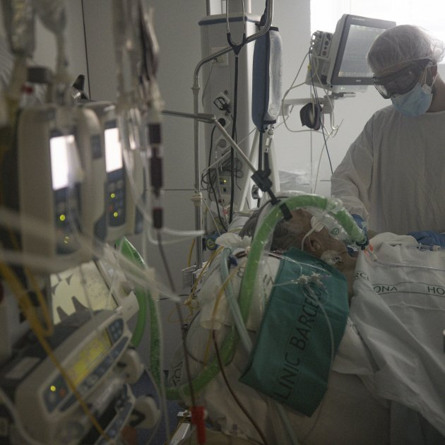 Uci Hospital Clinic Barcelona Coronavirus Enfermera Paciente Enfermo Box Covid-19 Segunda Ola Pandemia - Sergi Alcazar