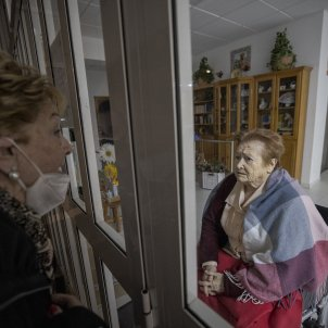 Visita familia residencias ancianos tercera edad coronavirus Covid-19 - Sergi Alcazar