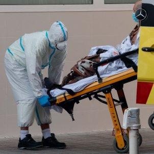 Sanitario traslada a un enfermo en el Hospital Clínico de Valencia - efe