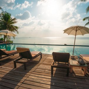 hotel vistas playa - unsplash