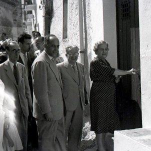 Clementina Arderiu abre la puerta de la casa que le regalaron los intelectuales catalanes a Carles Riba/Jaume Vicens Vives. Cedida por Editorial Cal·lígraf