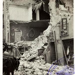 Aznar financia les masacres franquistes a Catalunya. Imatge d'un edifici bombardejat a Figueres. Font Arxiu Historic de Vilafant