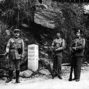 Les tropes franquistes tanquen els passos fronterers catalans. Font Pinterest