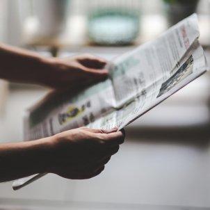 Periódico lectura manos - Pixabay