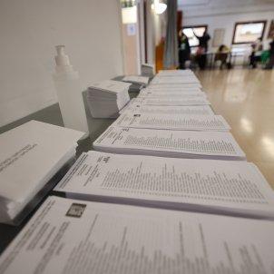 Voto elecciones eleccions 14-F colegio electoral paperetes papeletas partidos políticos - Sergi Alcàzar