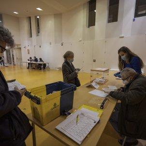 Escola Univers Votaciones elecciones 14-F urna colegio electoral voto mesa eleccions colegi electoral Covid-19 coronavirus - Sergi Alcàzar